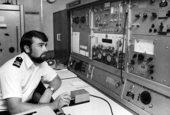 orang yang melayani telekomunikasi di kapal (1)