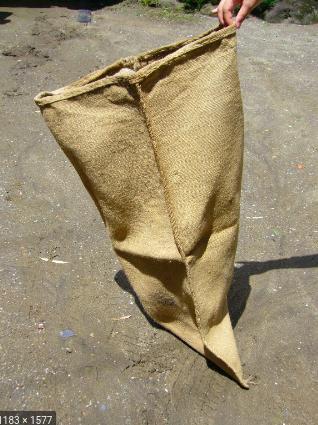 kantong besar dari goni yang kasar