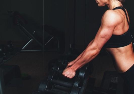 bentuk latihan dibawah ini yang dapat mengencangkan otot lengan kecuali