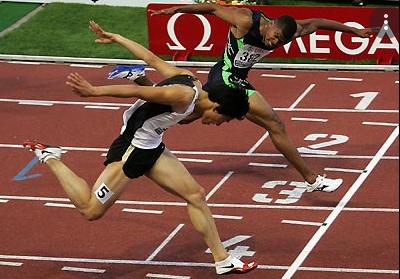 Cara memasuki garis finish lari jarak pendek adalah
