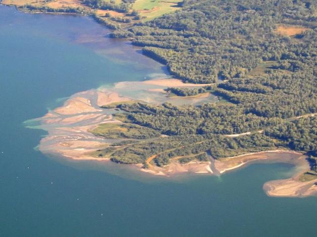 Sebutkan penyebab timbulnya sedimentasi berdasarkan lokasi pengendapannya