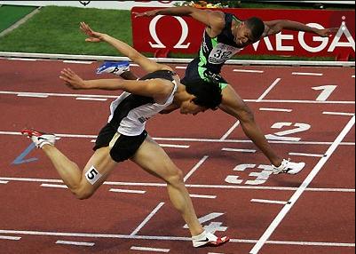 Teknik dalam mencapai finish dalam perlombaan lari dilakukan dengan cara mendahulukan