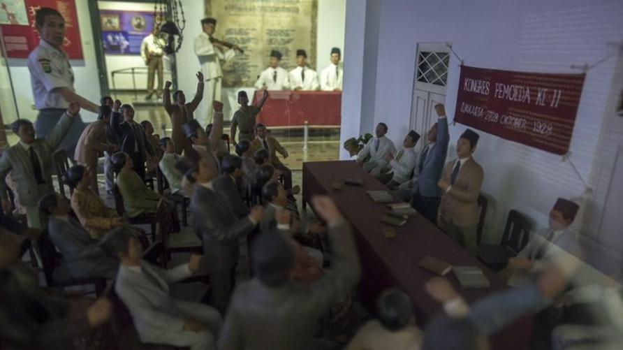 Para pemuda berkumpul di batavia tanngal 27 hingga tanggal 28 oktober 1928 dan mengucapkan ikrar yang hingga sekarang ini di kenal dengan ikrar